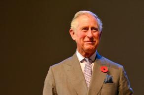 პრინცი ჩარლზი თავის Aston Martin-ში საწვავის ნაცვლად ღვინოსა და ყველს ასხამს