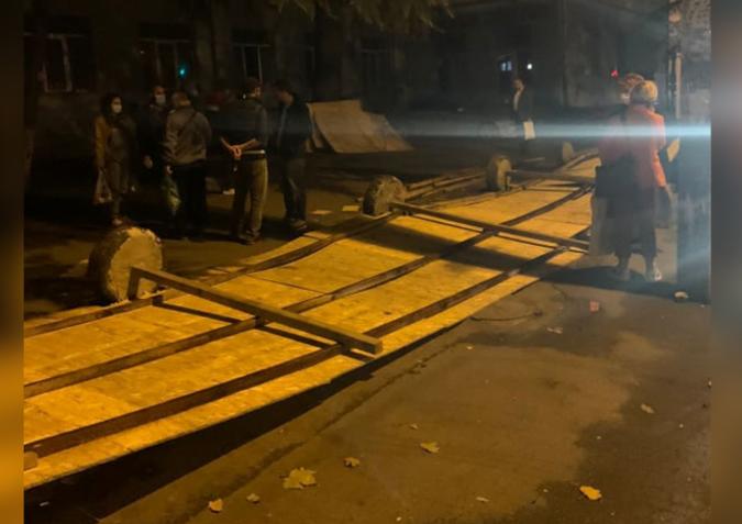 თბილისში, ერთ-ერთ სკოლასთან აღმართული დროებითი ღობე გამვლელს დაეცა