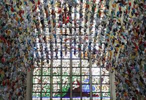 В кафедральном соборе Брюсселя повесили 20 тысяч бумажных журавликов