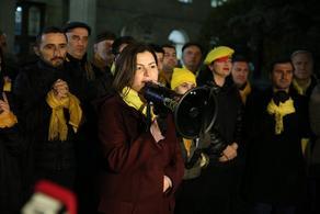 Акция-перфоманс у суда - члены Лело связали руки желтыми шарфами
