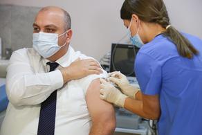 Министр инфраструктуры привился вакциной Синофарм