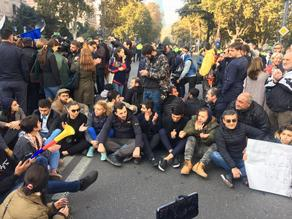 Участники митинга перед парламентом перекрыли дорогу