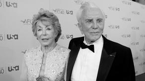 Скончалась 102-летняя вдова Кирка Дугласа