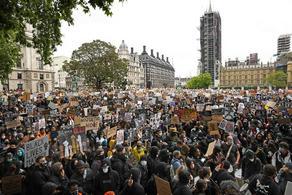 В Лондоне тысячи человек протестуют из-за убийства Флойда - ВИДЕО