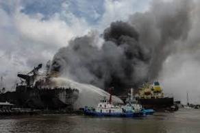 ინდონეზიაში ნავთობის ტანკერს ცეცხლი გაუჩნდა