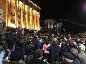 Перед парламентом проходит акция оппозиции