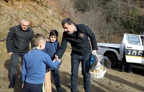 აჭარის პოლიციის უფროსმა მაღალმთიანი სოფლის ერთადერთ მოსწავლეს ახალი წელი მიულოცა - PHOTO