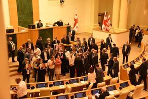 В зале заседаний парламента Грузии неспокойно