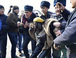 В Киргизии задержали 60 участниц  женского марша  - ФОТО