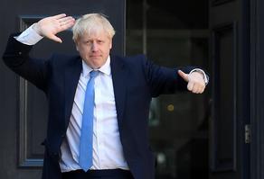 Борис Джонсон уже может самостоятельно ходить по палате