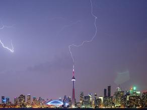 Ученые выяснили причину появления редких восходящих молний от небоскребов