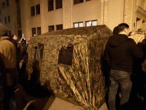 У парламента разбили военную палатку