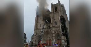 Во Франции горит один из старейших соборов