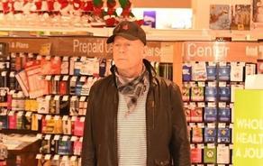 Брюса Уиллиса выгнали из аптеки за отказ надеть маску - ФОТО