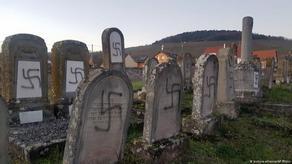 Макрон осудил осквернение могил на еврейском кладбище