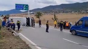 ავტობანზე სამგზავრო მიკროავტობუსი გადაბრუნდა - არიან დაშავებულები