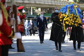 უკრაინის პრემიერ-მინისტრმა გმირთა მემორიალი გვირგვინით შეამკო