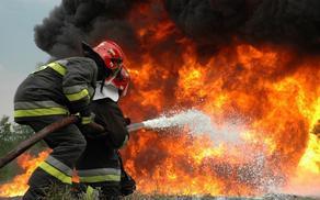 В Баку в жилом доме начался пожар
