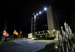 თავდაცვის სამინისტროს შენობებსა და სამხედრო ბაზებზე სახელმწიფო დროშები დაეშვა