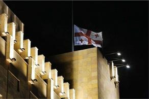 Государственный флаг спущен на здании правительственной администрации