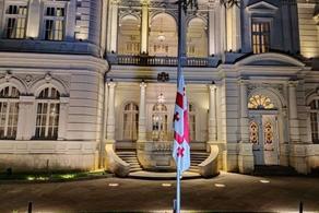 პრეზიდენტის სასახლეზე სახელმწიფო დროშა დაეშვა