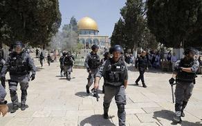 პალესტინელებმა პოლიციელებს ქვები დაუშინეს, რის შემდეგაც ისრაელის პოლიცია ტაძრის მთის ტერიტორიაზე შევიდა